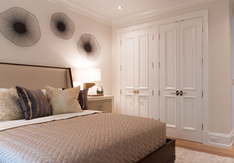 Bedroom with TS4000 closet doors in MDF with Big Bolection (BB) moulding and Raised (A) panel