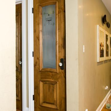 TS2050 pantry door in knotty pine with Big Bolection (BBM) moulding, Double Hip (D) panel and custom etched glass.