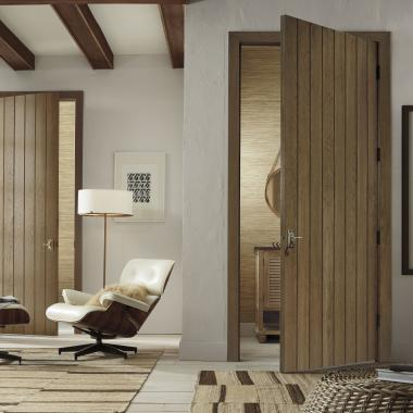 Plank doors (VG1000) in hickory with wide V-groove profile and Cappuccino handwiped stain