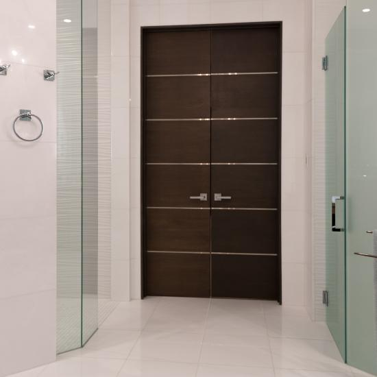Bathroom suite with TMIR6000 in white oak with bright stainless inlay.