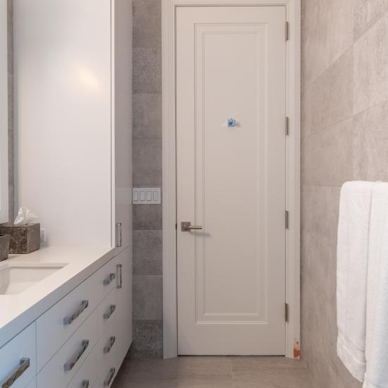 This guest room bath features TS1000 doors in MDF with Miracle (MR) moulding and Flat (C) panel.